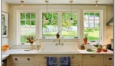 White Farmhouse Sink With Backsplash